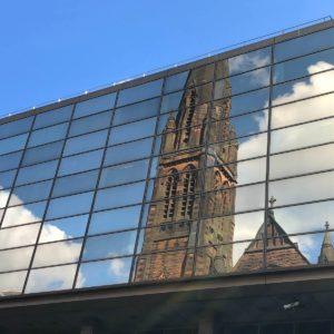 Eglise reflétée par un immeuble